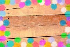 Konfettis gestalten auf hölzernem Hintergrund Browns lizenzfreie stockfotos