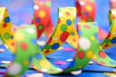 Konfettis und bunte Papierschlange am Karneval Lizenzfreies Stockbild