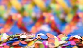Konfettis und bunte Papierschlange am Karneval Stockbild