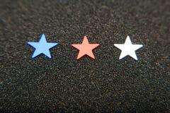 Konfettistjärnor på träbakgrund 4th Juli, självständighetsdagen, kortet, inbjudan i USA sjunker färger Sikten från överkant, tömm Fotografering för Bildbyråer