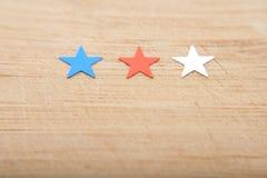 Konfettistjärnor på träbakgrund 4th Juli, självständighetsdagen, kortet, inbjudan i USA sjunker färger Sikten från överkant, tömm Royaltyfria Foton