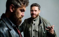 Konflikt i konfrontacja Mężczyzna dyskutuje podczas gdy faceta odczucie zmartwiony Odczucie winny Nie udać się i nieporozumienie  fotografia stock