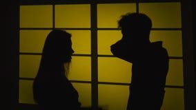 Konflikt i paren Isolerad na-vitbakgrund silhouette långsam rörelse close upp lager videofilmer