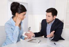 Konflikt och problem på arbetsplats: diskutera framstickandet och deltagaren i utbildning arkivbild