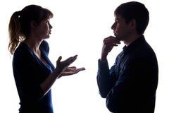 Konflikt von männlichem und von Frau ein Problem besprechend Stockfoto