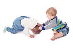 Konflikt von zwei Kindern lizenzfreie stockfotografie