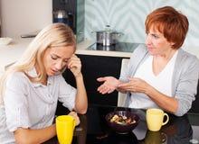 Konflikt zwischen Mutter und Tochter stockfoto