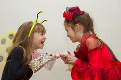 Konflikten mellan två systrar ungarna slåss, kampen över för leksak Fotografering för Bildbyråer