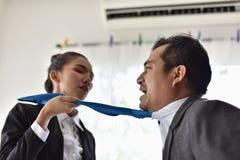 Konflikter i arbetsplatsen av kvinnor och män royaltyfri bild