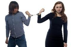 Konfrontation av den ilskna mannen och kvinnan royaltyfri foto