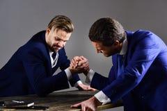 Konfrontation av företagsledare Vinnare och besegrat begrepp arkivbild