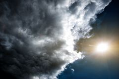 Konfrontation av vädret: solen och molnen Begrepp: konfrontationen mellan folk fotografering för bildbyråer