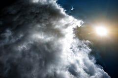 Konfrontation av vädret: solen och molnen Begrepp: konfrontationen mellan folk royaltyfri fotografi