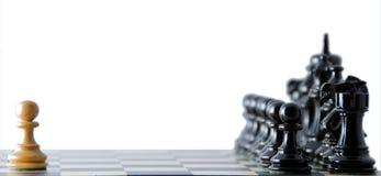 Konfrontation gegen schwarze Ränge. Schach. Stockfotos