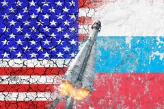 Konfrontation mellan USA och Ryssland Hot av det kärn- slaget Flaggorna av två länder målade på betongväggen royaltyfri fotografi
