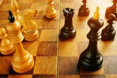 Konfrontation och konflikt Schack gör till kung mitt emot de arkivfoto