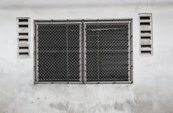 Konfrontieren Sie gealtertes Glas von Fenstern und von hölzernem Rahmen auf Schmutzwand Stockfotografie