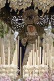 Konfrontieren Sie mit Kerzen, gesticktem Gewebe und Blumen des Thrones des Nuestra Senora del Amor Hermoso Lizenzfreie Stockfotos