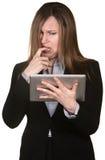 Konfuse Frau mit Tablette Stockfoto