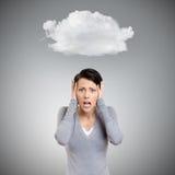 Konfuse Frau setzt ihre Hände auf den Kopf Lizenzfreies Stockfoto