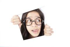 Konfuse Jugendliche, die im Fenster denkt Lizenzfreie Stockfotografie