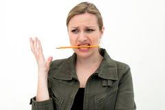Konfuse junge Frau mit einem Bleistift lizenzfreies stockfoto