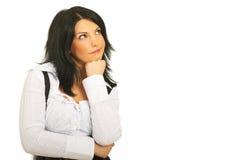 Konfuse nachdenkliche Frau, die oben schaut Lizenzfreie Stockfotografie