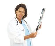 Konfuser Doktor With X-Ray Results Lizenzfreie Stockfotografie
