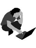 Konfuser Mann, der Laptop betrachtet Lizenzfreie Stockfotos
