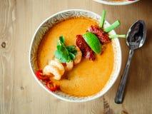 Kong батата Том или суп Том yum на деревянном столе стоковые фотографии rf