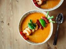 Kong батата Том или суп Том yum на деревянном столе стоковые изображения