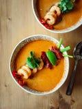 Kong батата Том или суп Том yum на деревянном столе стоковая фотография rf