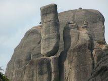 Konglomeratet vaggar att balansera precariously, Meteora, Kalabaka, Grekland royaltyfri fotografi