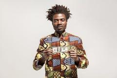 Kongoaffärsman som rymmer en dollar och ser kameran fotografering för bildbyråer