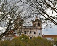 Kongregacja klasztor - główna pierzeja za drzewami w zimie zdjęcia stock