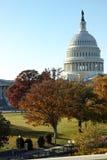 Kongressgebäude mit Fallfarben stockfotos