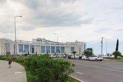 Kongresszentrum des blauen Erholungsortes Radisson auf dem Straße blauen Imeretinskaya-Tiefland von Adler-Bezirk an einem bewölkt Lizenzfreies Stockfoto