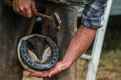 Konia kopyto kuje konowałem, blacksmith/ Fotografia Royalty Free