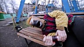 Konia obsiadanie na ławce blisko parka rozrywkiego Atmosfera despondency i nuda Dostaje zimno spać o i próby zbiory wideo
