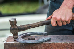 Konia but wykonuje ręcznie blacksmith, konowałem/ Obraz Royalty Free