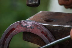 Konia but wykonuje ręcznie blacksmith, konowałem/ Zdjęcia Stock