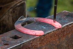 Konia but wykonuje ręcznie blacksmith, konowałem/ Zdjęcie Stock