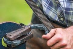 Konia but wykonuje ręcznie blacksmith, konowałem/ Fotografia Stock