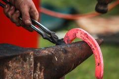Konia but wykonuje ręcznie blacksmith, konowałem/ Zdjęcie Royalty Free
