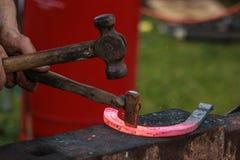 Konia but wykonuje ręcznie blacksmith, konowałem/ Fotografia Royalty Free