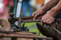 Konia but wykonuje ręcznie blacksmith, konowałem/ Obrazy Stock