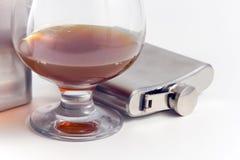 koniak kolby ze stali nierdzewnej whisky. obrazy royalty free
