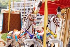 Konie na karnawałowy Wesoło Idą Round Stary Francuski carousel w wakacyjnym parku Duży rondo przy jarmarkiem w parku rozrywki Zdjęcia Royalty Free
