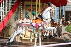 Konie na karnawałowy Wesoło Idą Round Stary Francuski carousel w wakacyjnym parku Duży rondo przy jarmarkiem w parku rozrywki Fotografia Stock