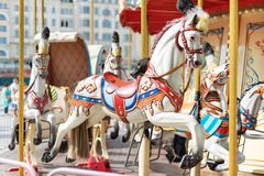 Konie na karnawałowy Wesoło Idą Round Stary Francuski carousel w wakacyjnym parku Duży rondo przy jarmarkiem w parku rozrywki Zdjęcie Stock